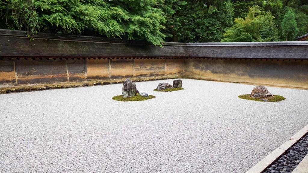 La combinación de equilibrio e imperfección es la base de un jardín zen japonés.