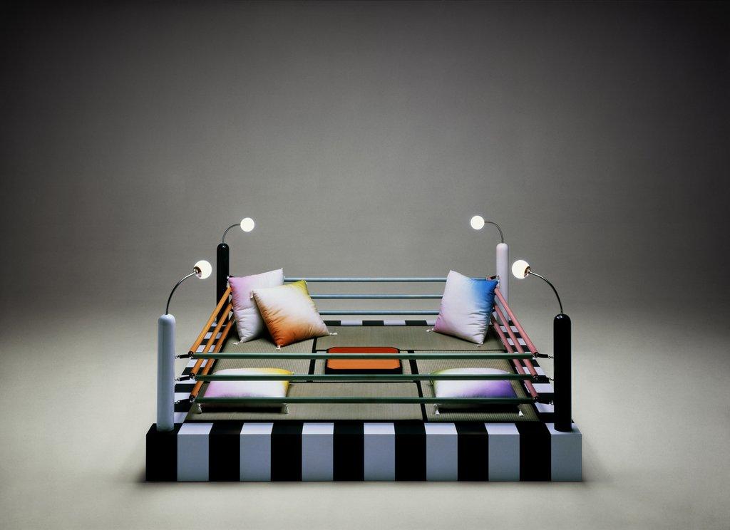 El sofá-ring diseñado por Masanori Umeda, miembro del Memphis Group. Foto: memphis-milano.com